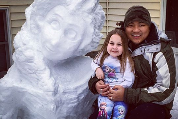 Allain Contreras carved Queen Elsa for his daughter Lizzie!