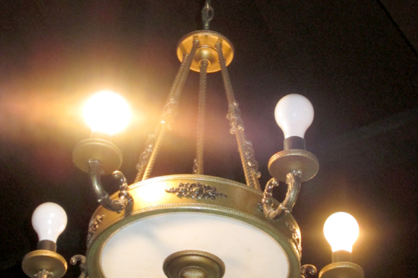 The chandeliers recalled the elegance of a bygone era.