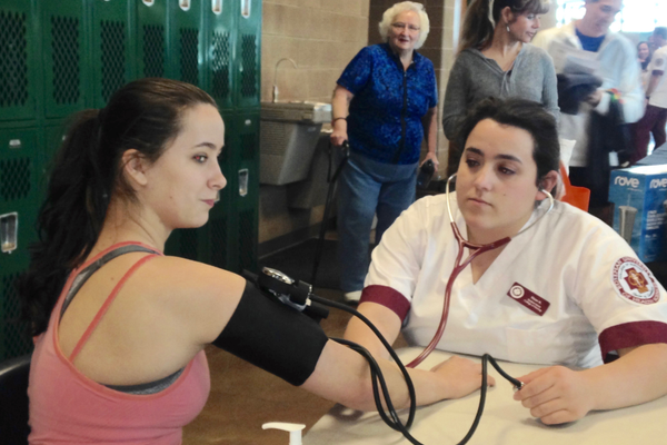 Sarah LeGrande gets her blood pressure checked by a Roseman University nursing student. (Mylinda LeGrande/City Journals)