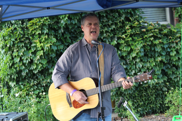 Rob Harmon sings during the Heart and Soul Music Stroll. (Travis Barton/City Journals)