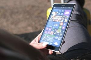 Medium jeune femme et smartphone