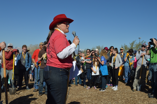 DDPC President Monica Zoltanski addresses volunteers prior to the park clean-up event.